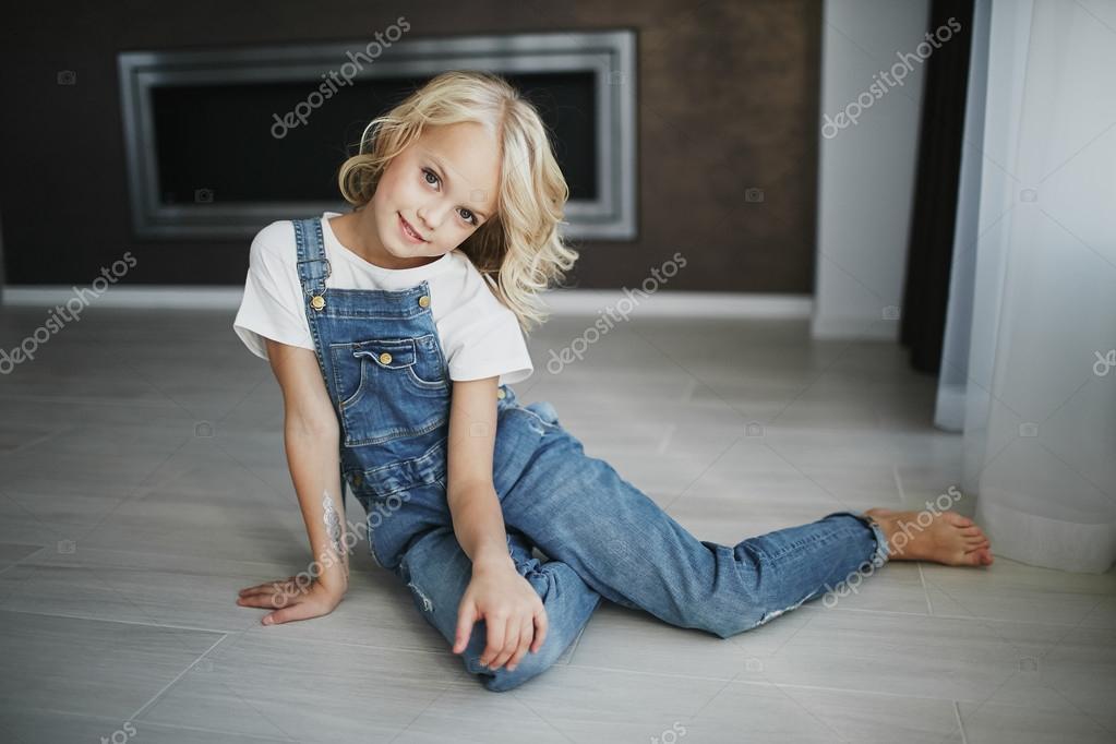 teen sch ne m dchen in jeans kleidung in der wohnung. Black Bedroom Furniture Sets. Home Design Ideas