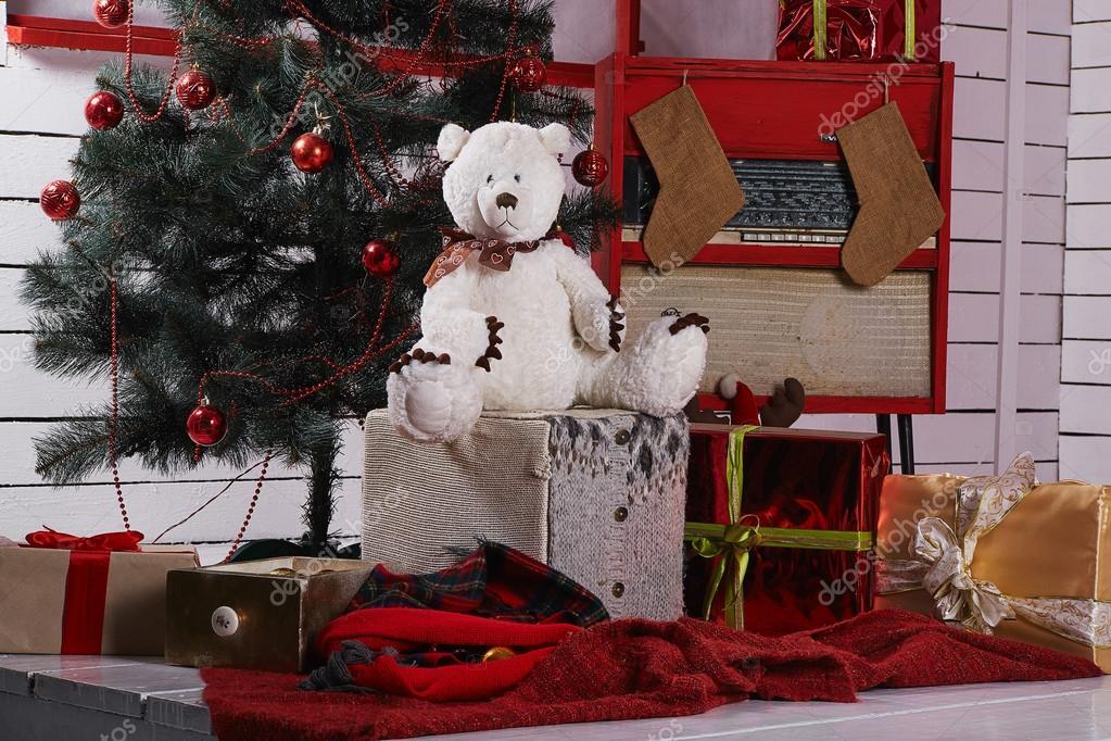 Weihnachten-Szene mit Baum, Geschenke und Teddybär — Stockfoto ...