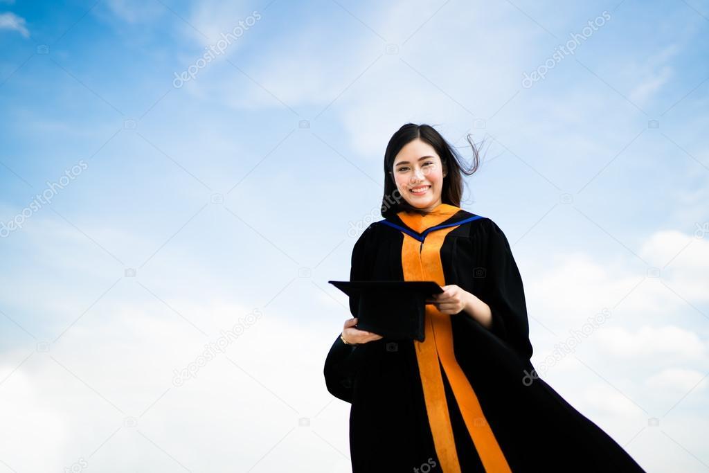 864c5e996 Hermosa asiática Universidad o egresado mujer sonriente en vestido  académico de la graduación en concepto de ...