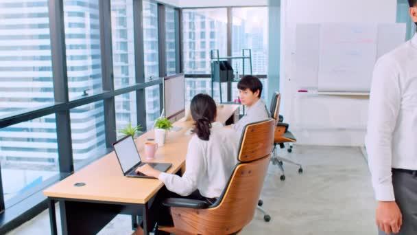 Portrét asijského podnikatele, manažera nebo majitele podniku, se zkříženýma rukama a úsměvem, v úřadu pracuje zaměstnanec nebo kolega. Firemní podnikání, mladý podnikatel, nebo vedení koncepce
