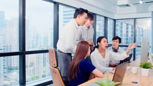 Eine Gruppe asiatischer Geschäftsleute arbeitet gemeinsam im Team an einer Brainstormdiskussion am Desktop-Computer im Büro. Corporate Business, Mitarbeiter Teamwork oder Finanzberater Besprechungskonzept