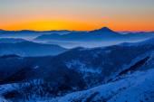 Fotografie Zářící zimní svítání v horách