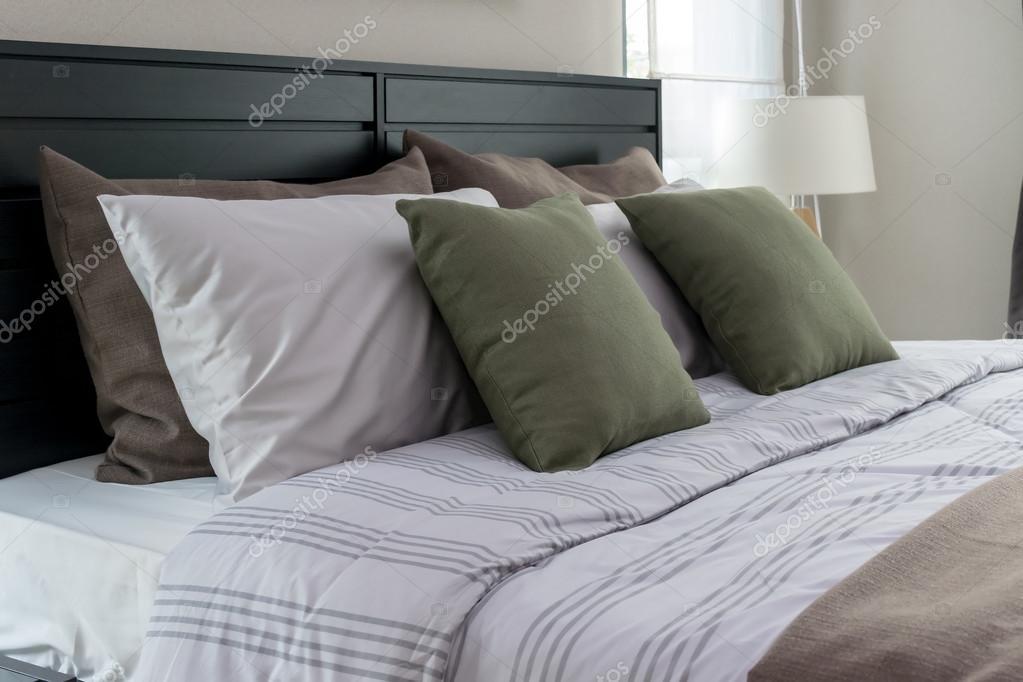 https://st2.depositphotos.com/6200870/10616/i/950/depositphotos_106163254-stockafbeelding-moderne-slaapkamer-met-groene-kussens.jpg