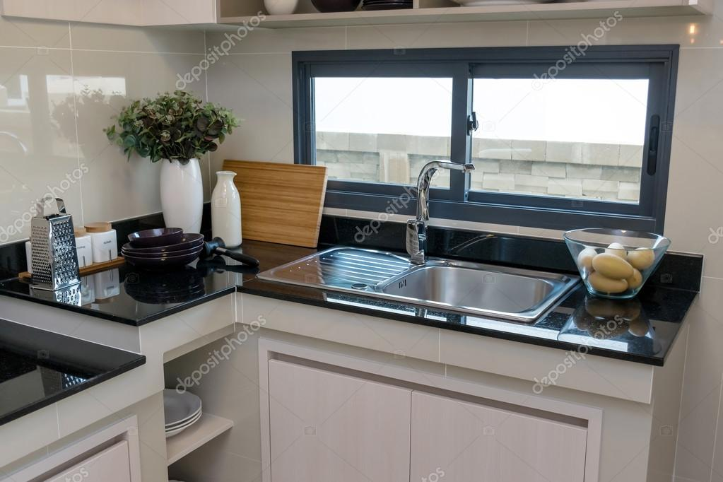 cermica utensilios de cocina sobre la encimera de mrmol y el estante u foto de
