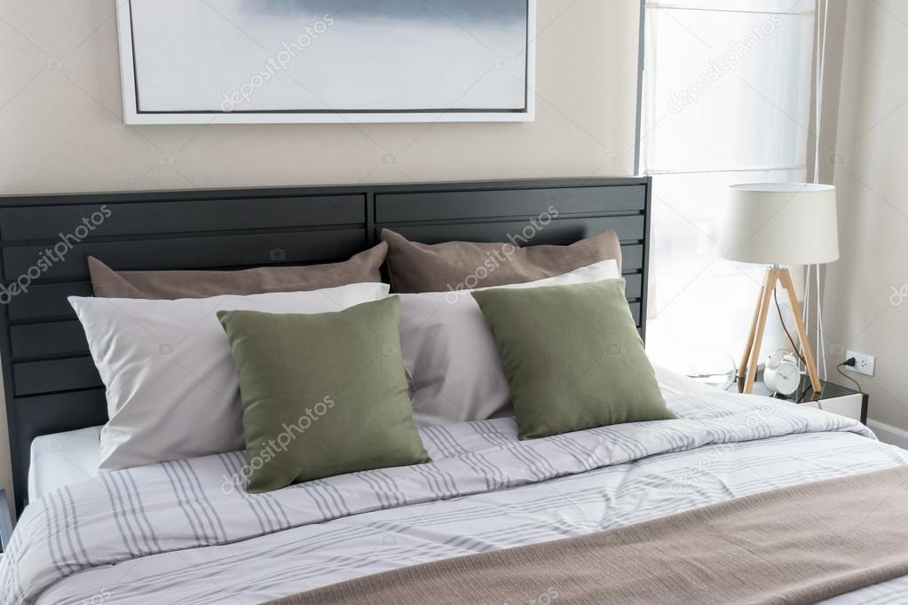 https://st2.depositphotos.com/6200870/10678/i/950/depositphotos_106785554-stockafbeelding-moderne-slaapkamer-met-groene-kussens.jpg