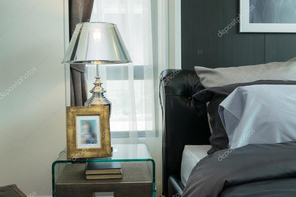 Lamp Slaapkamer Nachtkastje : Luxe lamp en foto frame op het nachtkastje in slaapkamer