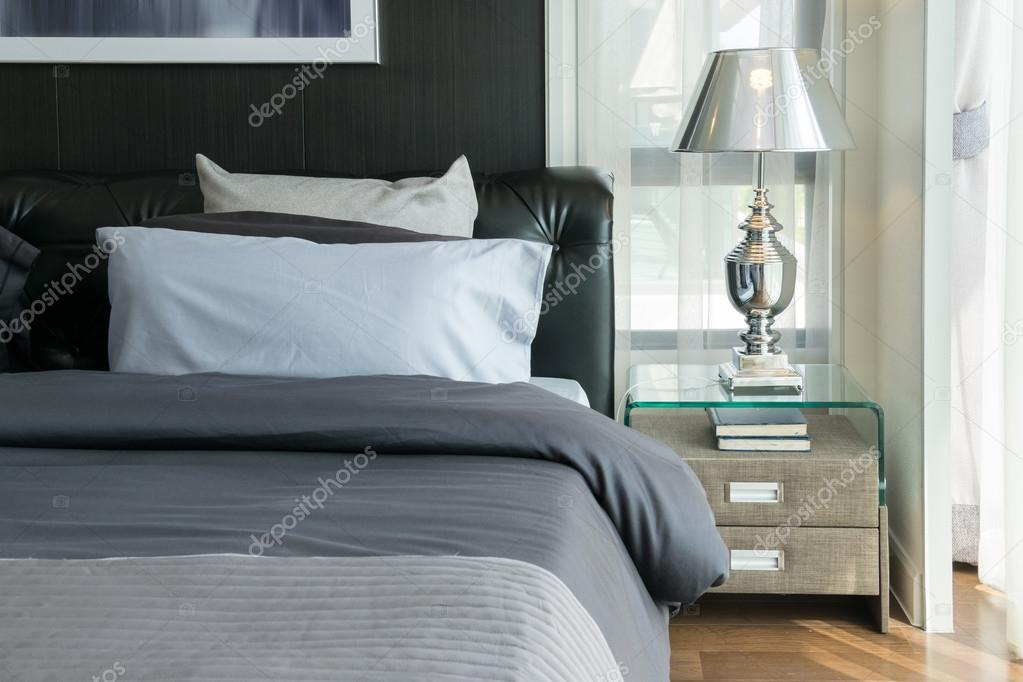 lampe de luxe et de livres sur la table de chevet dans la chambre photographie worldwide stock. Black Bedroom Furniture Sets. Home Design Ideas