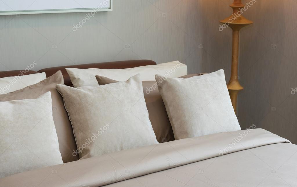Camera da letto classica lampada in legno e cuscini u foto stock