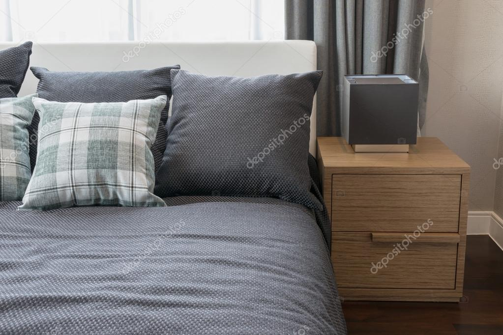 Slaapkamer Groen Grijs : Slaapkamer interieur met ingecheckte groene kussens op grijs bed