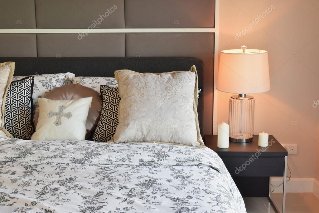 interno camera da letto di lusso con fiore modello cuscini e lampada ...