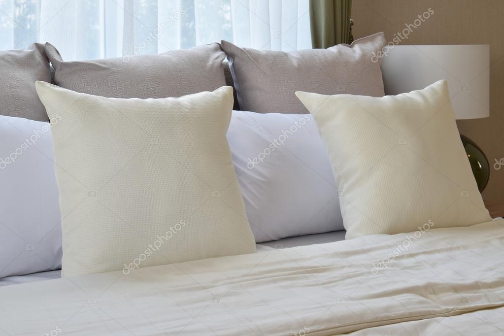 Cuscini Arredo Camera Da Letto.Bedroom Interior Design With White Pillows On Bed And Decorative
