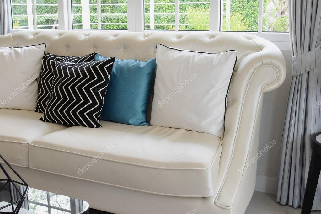 Cuscini Su Divano Bianco.White And Blue Pillows On A White Leather Couch In Vintage Living