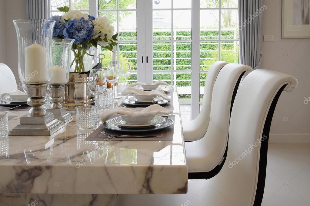étkező asztal és kényelmes szék, vintage stílusú, elegáns tábla ...
