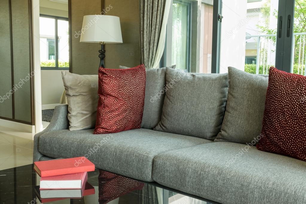 Salotto moderno design con cuscini rossi sul divano e lampada foto stock worldwide stock - Cuscini divano design ...