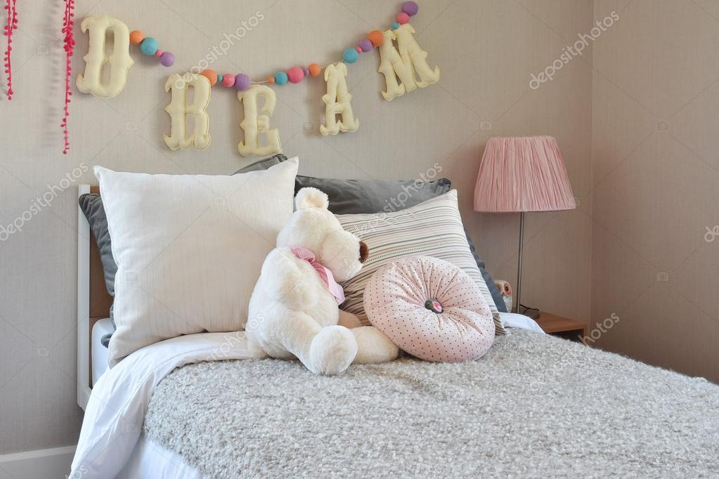 Nachtkastje Kinderkamer Afbeeldingen : Moderne kinderkamer met pop en kussens op bed u stockfoto