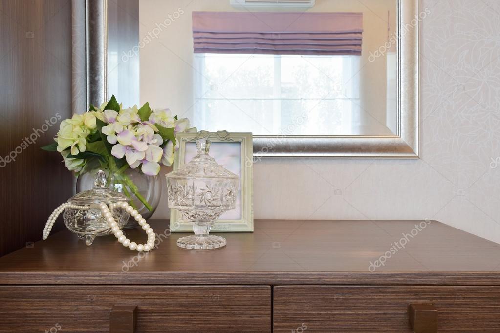 Vaso di cristallo di Jewery con cornice e fiori sul tavolo ...