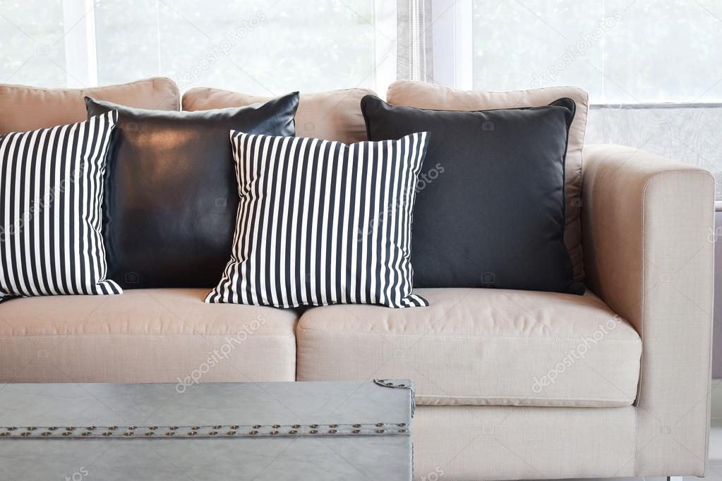 In pelle a strisce e nero cuscini sul divano di velluto beige in