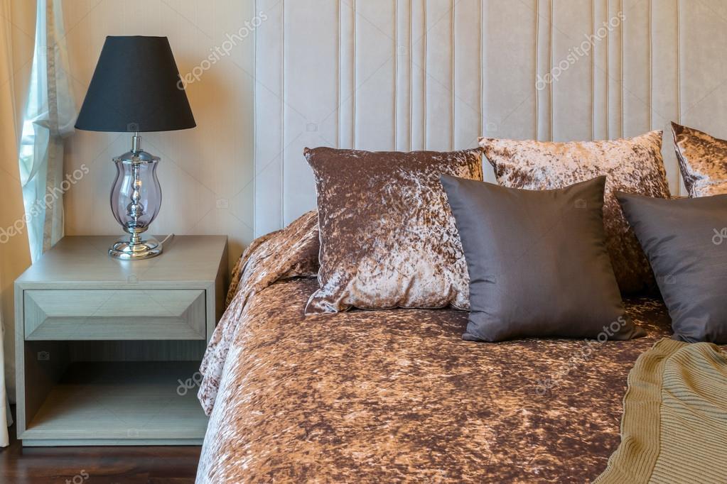 Arredamento Camera Da Letto Marrone : Arredamento camera da letto con cuscini di tweed marrone sul letto