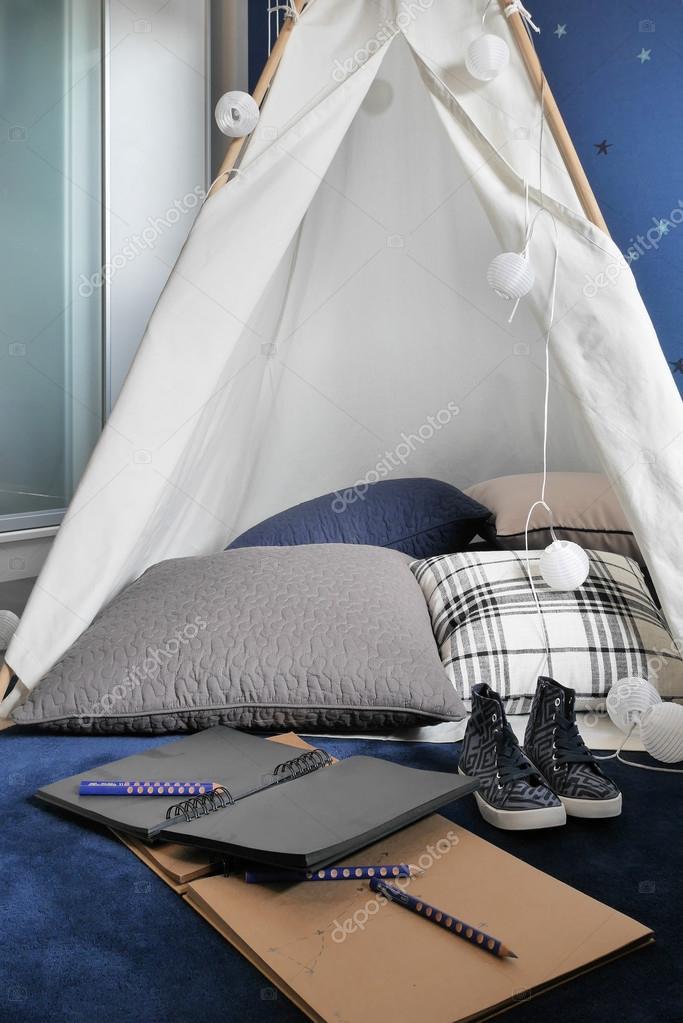 Hausaufgaben Im Zelt Stil Im Wohnzimmer Stockfoto