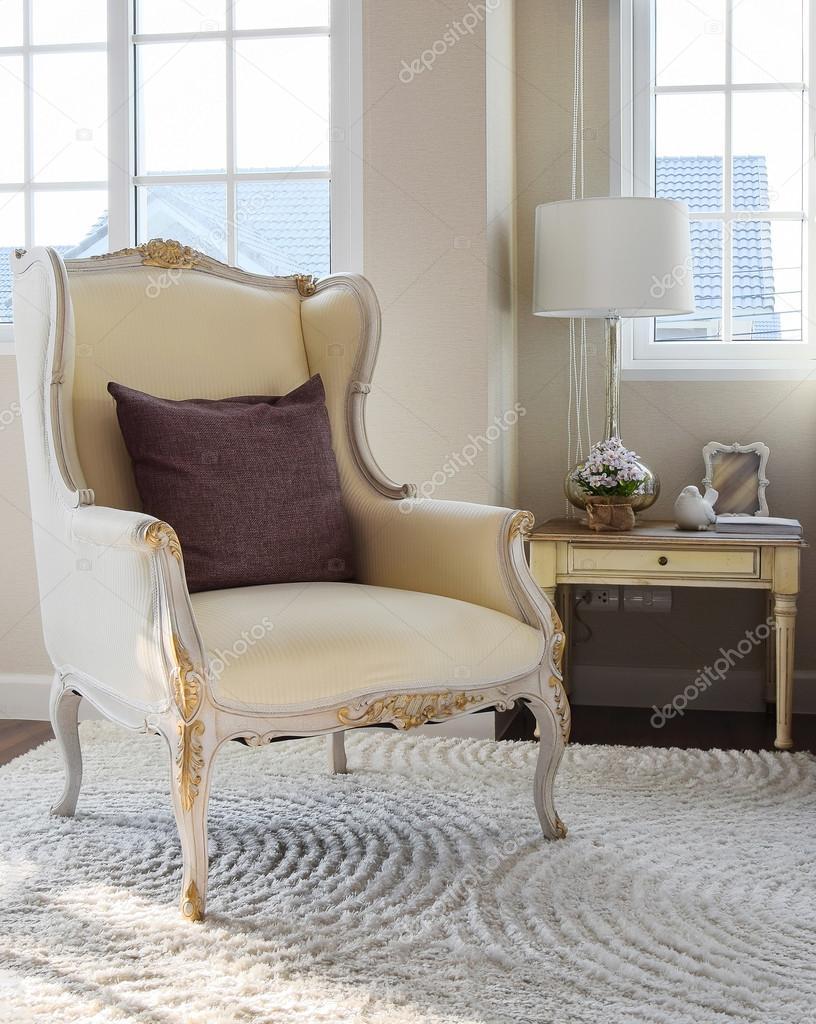 Klassischer Stuhl mit braunen Kissen auf Teppich im Vintage-Stil ...