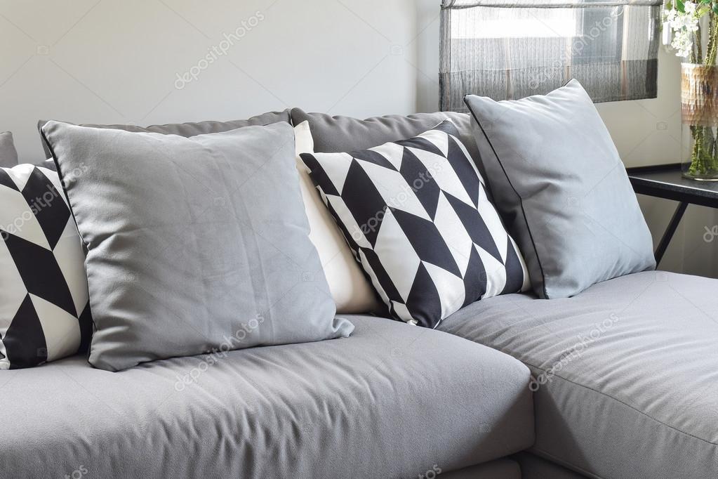 Divano Nero Cuscini : Cuscini di modello parallelogramma bianco e nero su grigio l forma