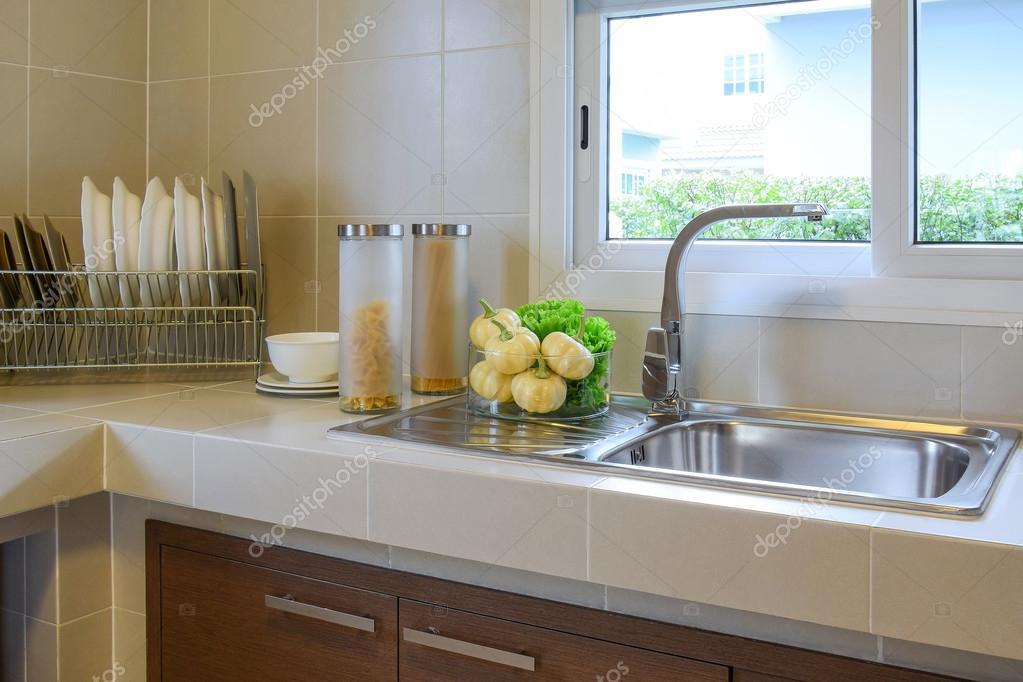 Dispensa moderna con gli utensili in cucina — Foto Stock ...
