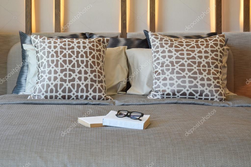 Innenarchitektur Bücher stilvolle schlafzimmer innenarchitektur mit braunen kissen und