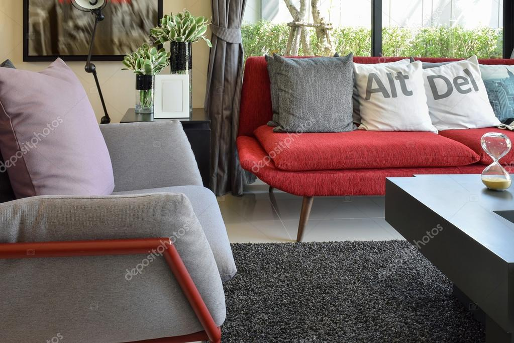 Moderne woonkamer design met kussens op de rode sofa en