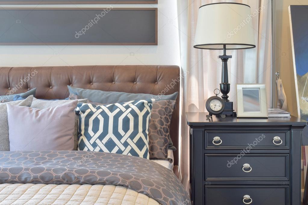 gezellige slaapkamer interieur met kussens en leeslamp op nachtkastje stockfoto
