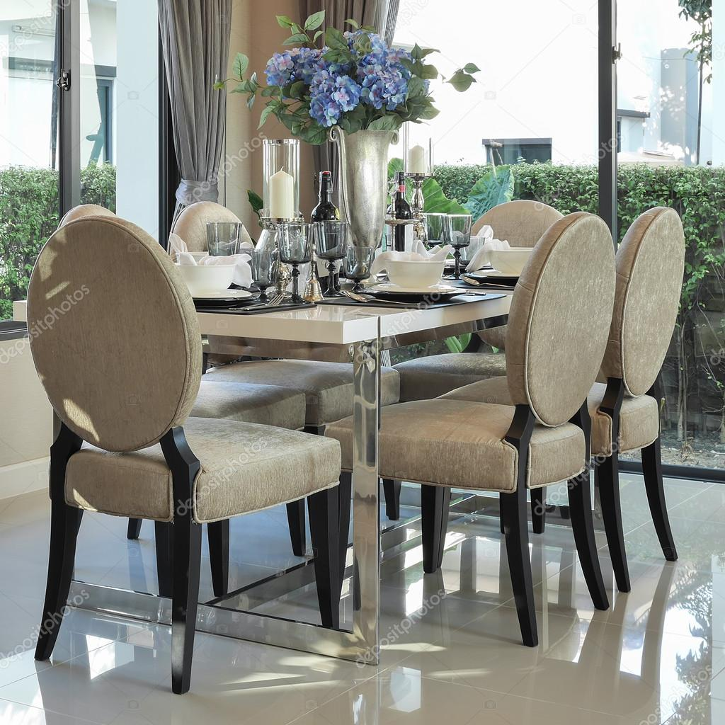 Moderno tavolo da pranzo e sedie confortevoli con for Tavoli eleganti