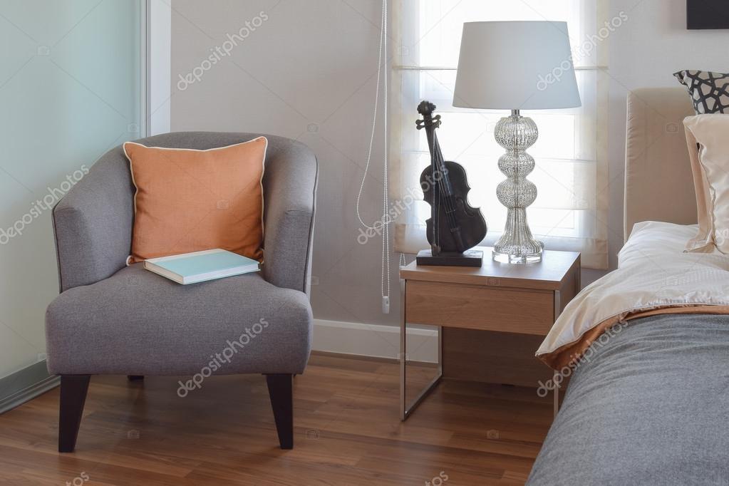 Moderne Schlafzimmer Innenraum Mit Orange Kissen Auf Grauer Stuhl