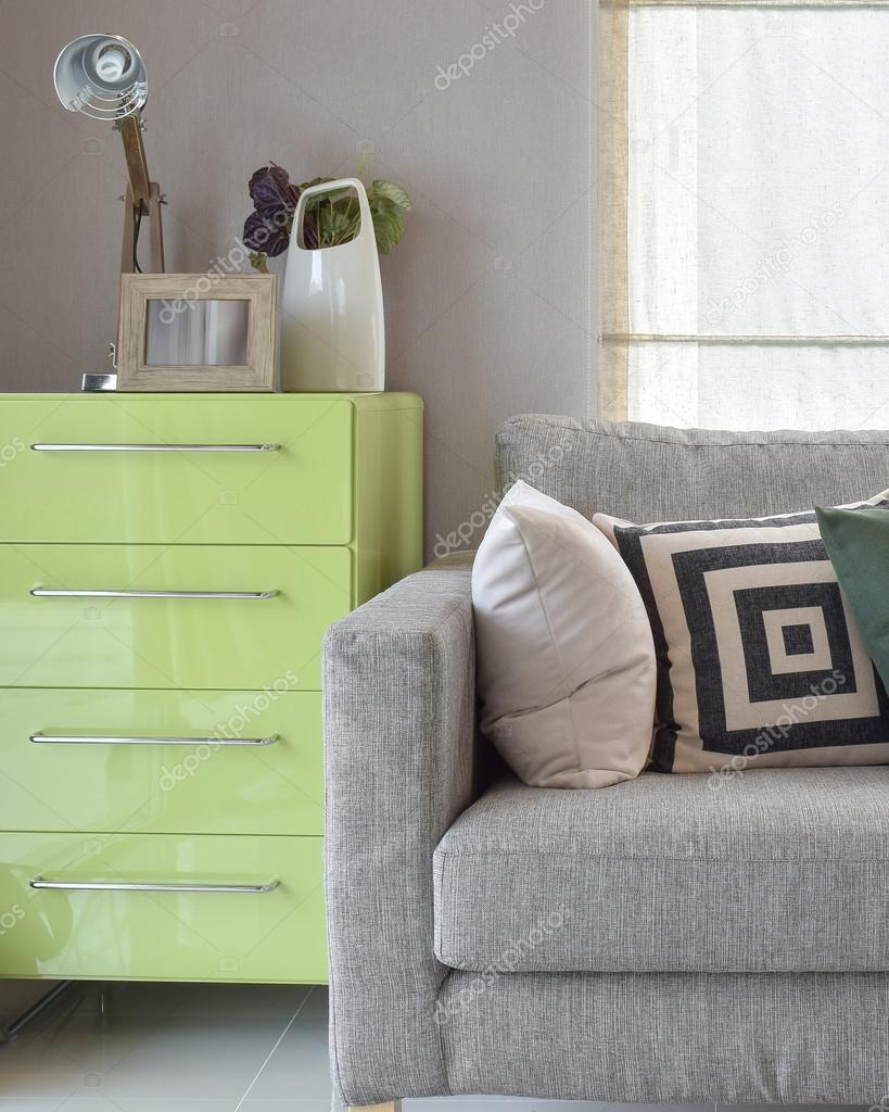 Accogliente divano con cuscini di disegno geometrico e madia verde nell 39 angolo soggiorno foto - Soggiorno con divano ...