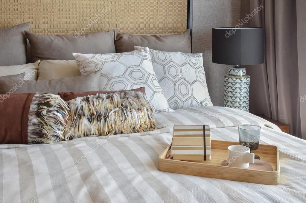 Camere A Righe : Interiore elegante camera da letto con cuscini a righe e set di tè