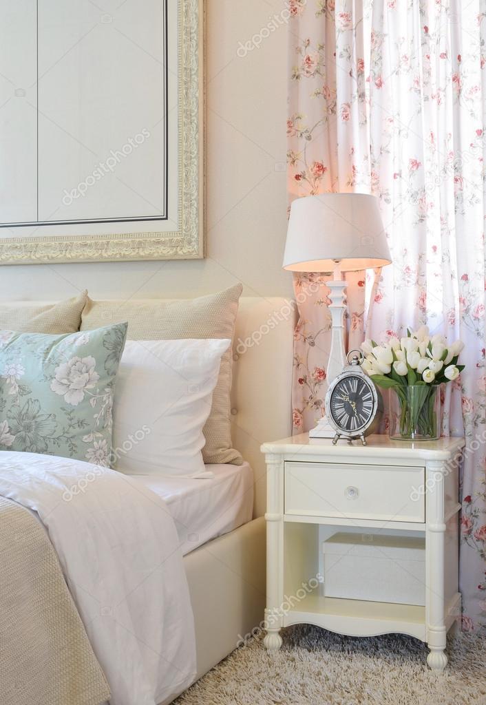 Interno di camera da letto dell\'annata con lampada da tavolo ...