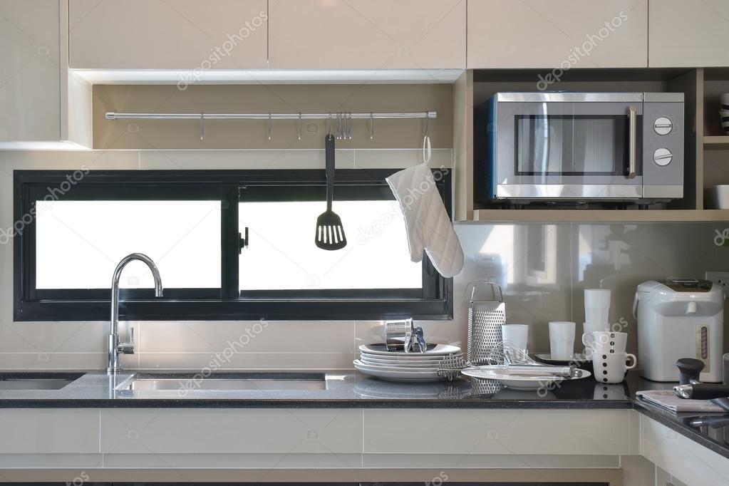 Keramik Geschirr und Utensilien neben Waschbecken in modernen Küche ...