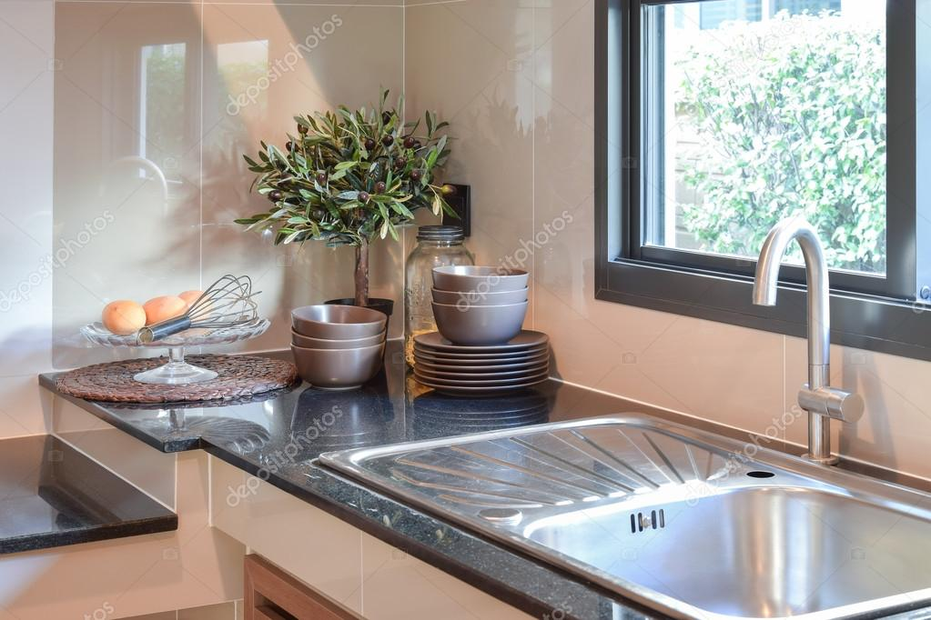 Cer mica utensilios de cocina sobre la encimera de m rmol for Utensilios de cocina de ceramica