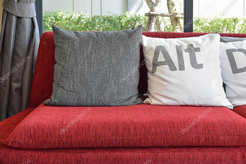 Divano Rosso Cuscini : Salotto moderno design con cuscini sul divano rosso u foto stock