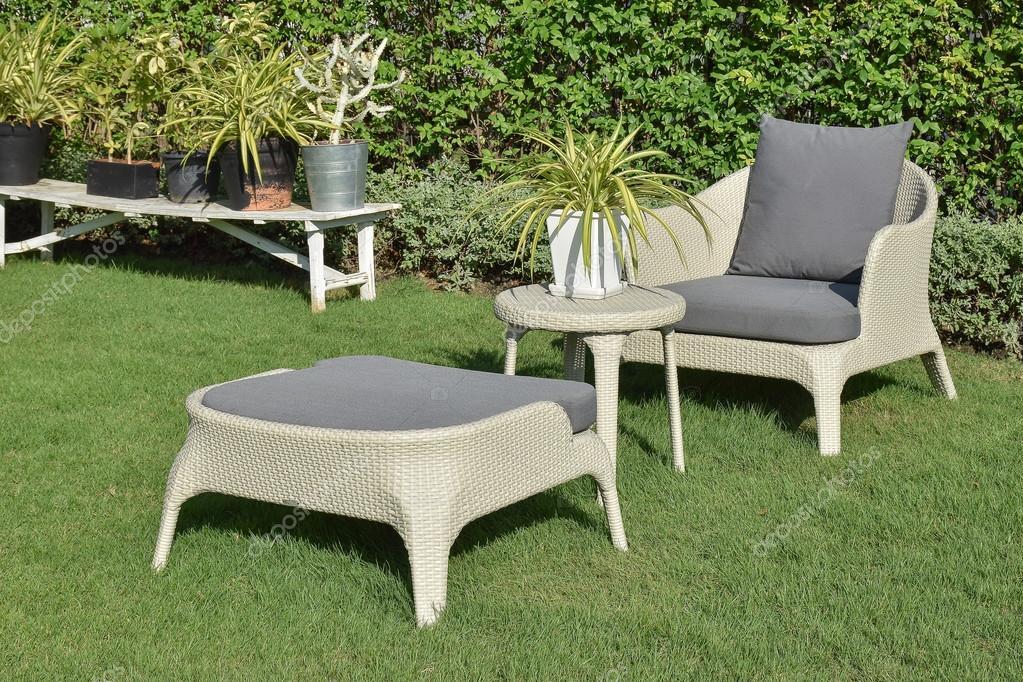 jardín verde con un grupo de salón de muebles al aire libre con ...