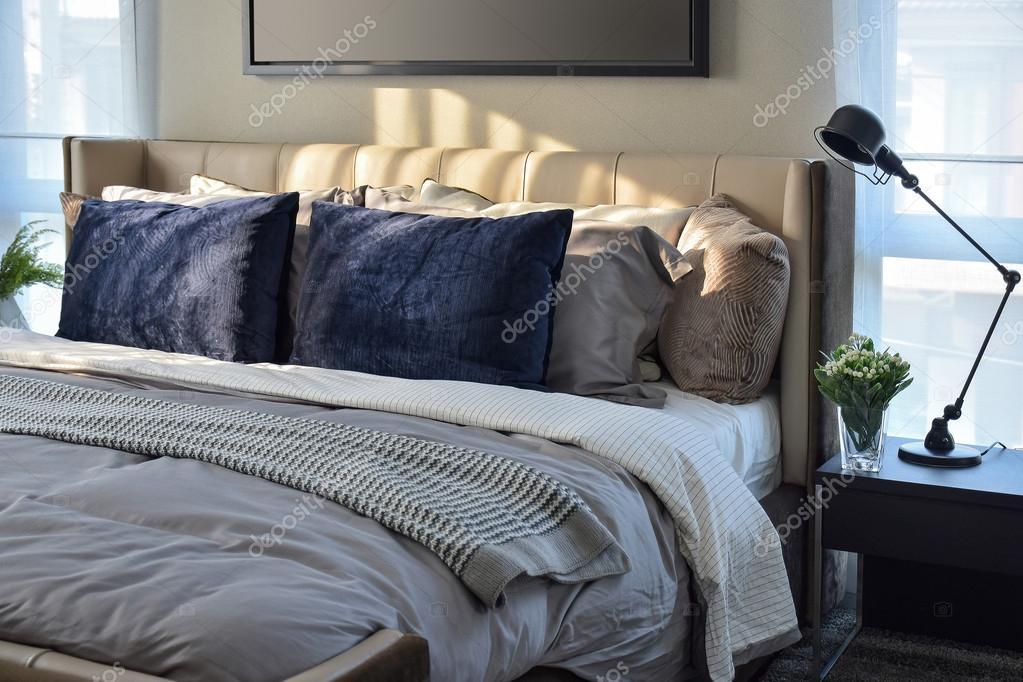 Blauwe Slaapkamer Lamp : Moderne slaapkamer met blauwe kussens en zwarte lamp op tafel