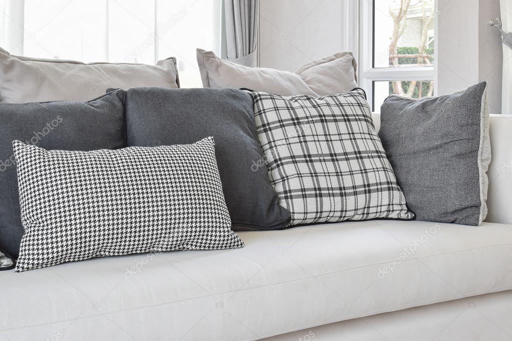 Moderne Wohnzimmer Interieur Mit Schwarz / Weiß Karomuster Kissen Auf Sofa  U2014 Stockfoto