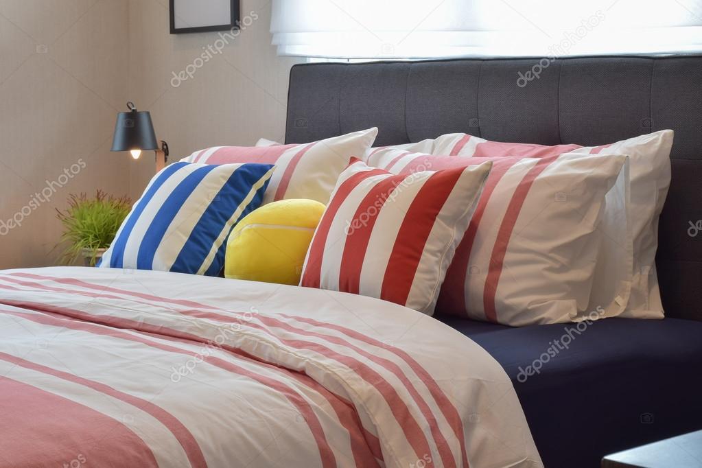 Moderne slaapkamer interieur met kussens en leeslamp op nachtkastje ...