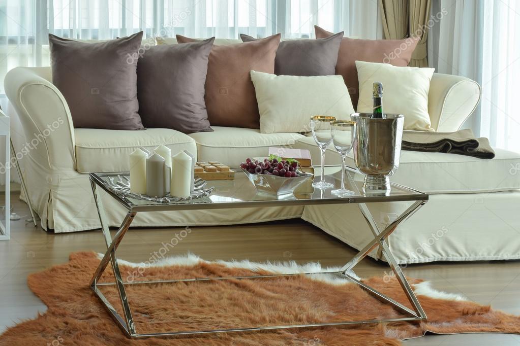Aroma Kerzen Und Weinglser Auf Dem Tisch Mit Beige Sofa Dunkelbraun Kissen In Moderne Wohnzimmer Stockdatei