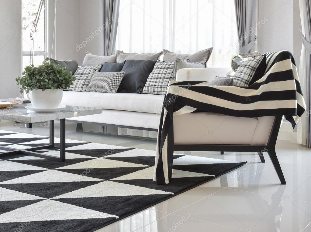 moderne wohnzimmer interieur mit schwarz / weiß karomuster kissen ... - Wohnzimmer Teppich Schwarz Weis
