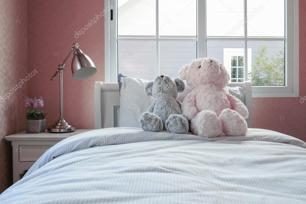 Nachtkastje Kinderkamer Afbeeldingen : Kinderen kamer met poppen en kussens op bed en nachtkastje