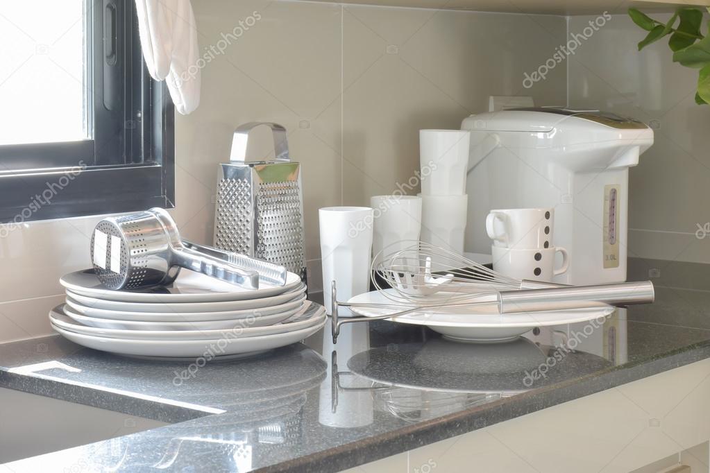 Weiße Keramik Set und Edelstahl Küchengeräte auf der Theke ...