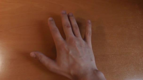 Ruce na sobě, symbol bratrství