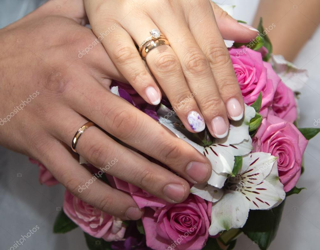 Весільні обручки на руках — Стокове фото — коштовність © alice911 ... 90d48579e5102