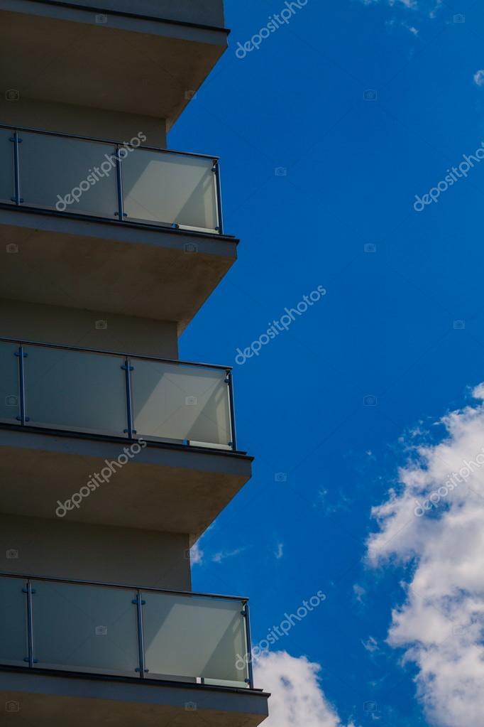 Balkon Glaswand In Ecke Des Wohnhauses Stockfoto C Cegli O2 Pl