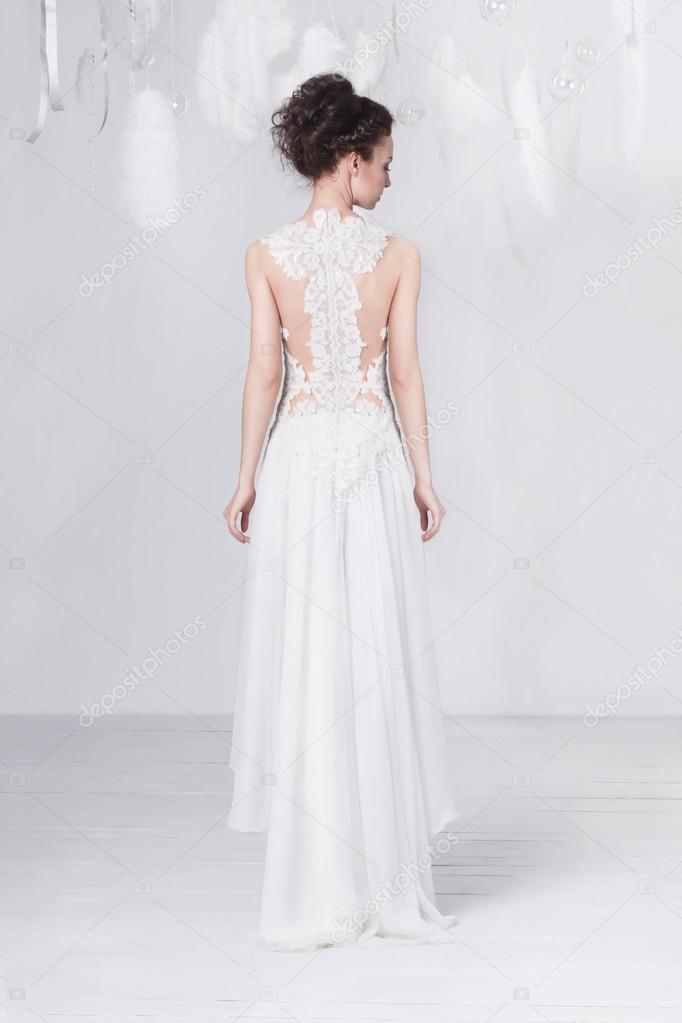 Groß und schlank junge Braut in eine luxuriöse Hochzeit Spitzenkleid ...