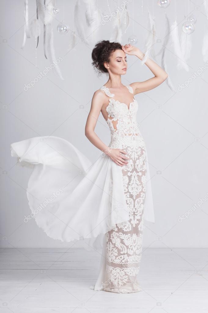 580e01e7815c09 Lang en slank jonge bruid in een luxe kanten jurk — Stockfoto ...
